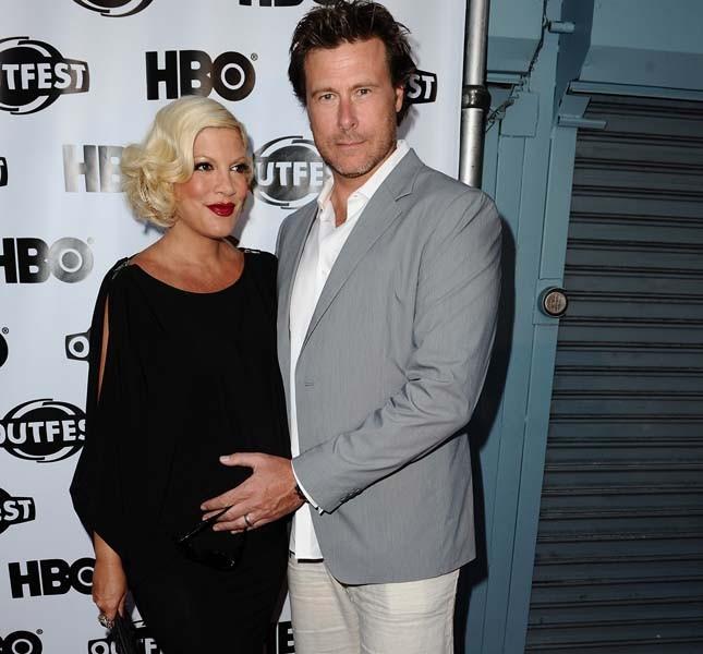 Tori Spelling, incinta del uo terzo figlio, col marito nel 2011