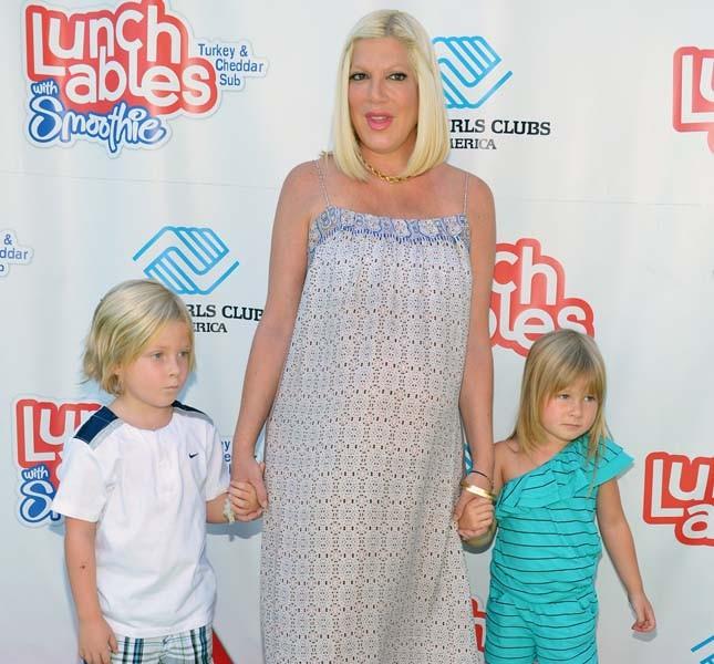 Tori Spelling partecipa ad uno show per bambini con i figli