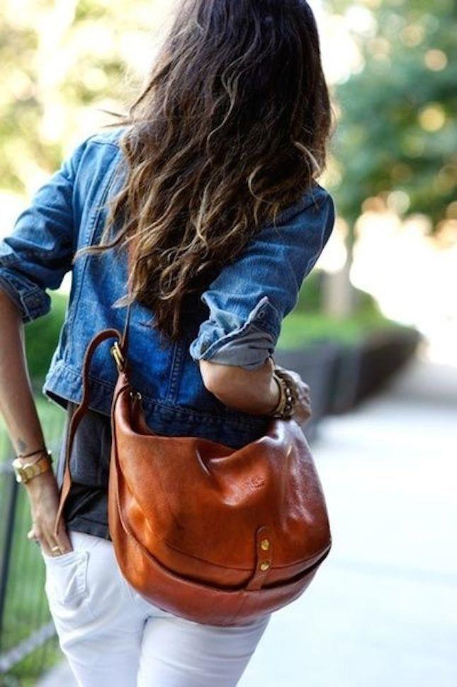 La giacca di jeans si abbina perfettamente con accessori in cuoio