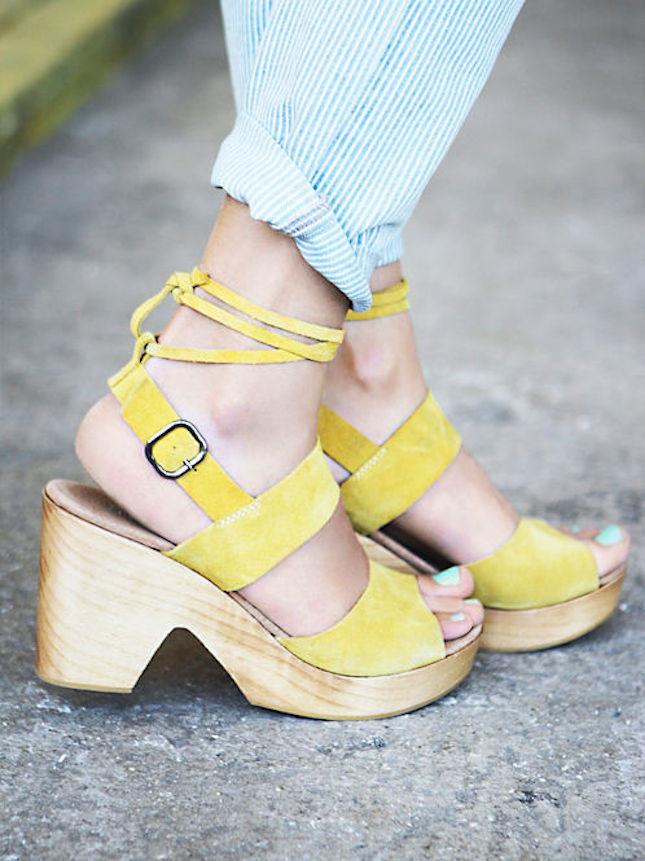 Zoccoli in legno con lacci alla caviglia