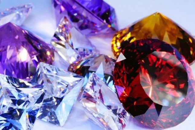 Le pietre preziose si possono riconoscere dalla loro trasparenza e durezza