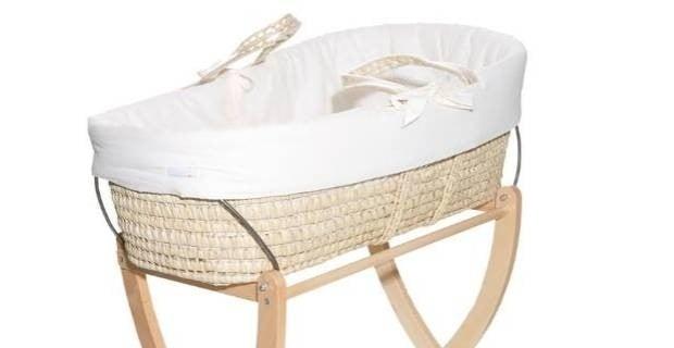 Culla in vimini Prenatal Porta Enfant con design classico ma di tendenza. Pratico supporto in legno resistente di faggio, costituito di una doppia asse arcuata per il dondolio dell neonato