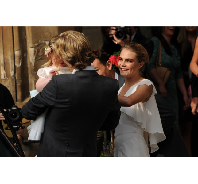 Cara Delevingne al matrimonio di Poppy / photo: Getty