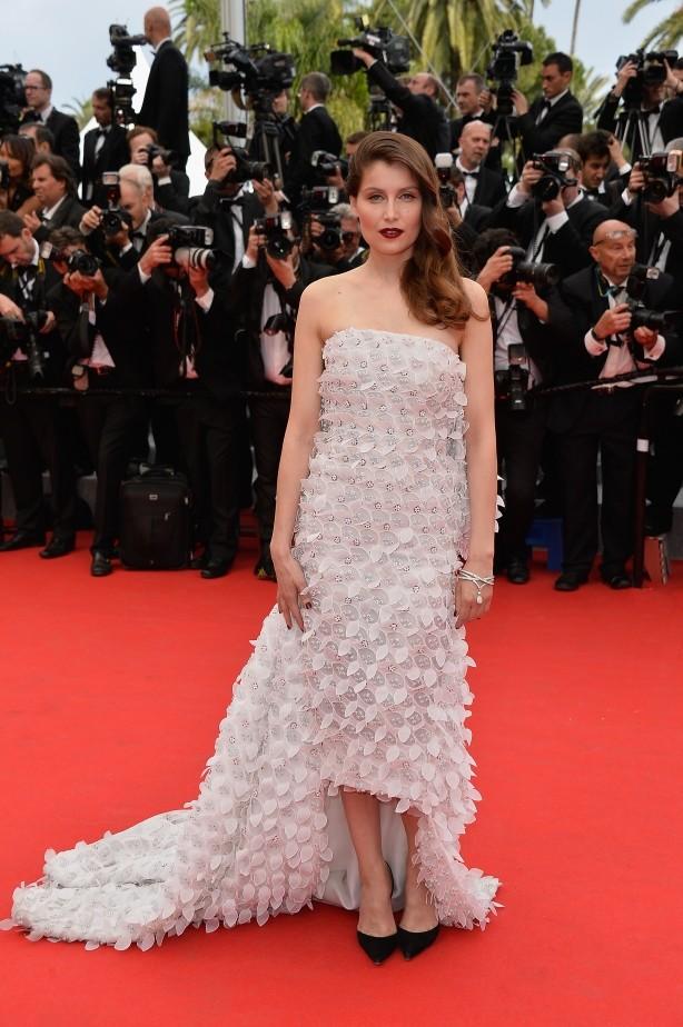 Laetitia Casta in Christian Dior Couture, con un abito bianco con applicazioni