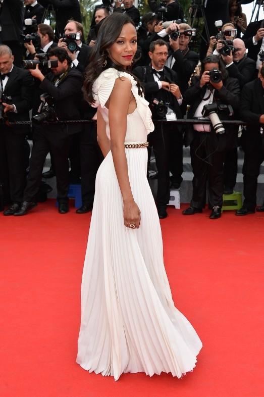Zoe Saldana con un abito bianco firmato Victoria Beckham