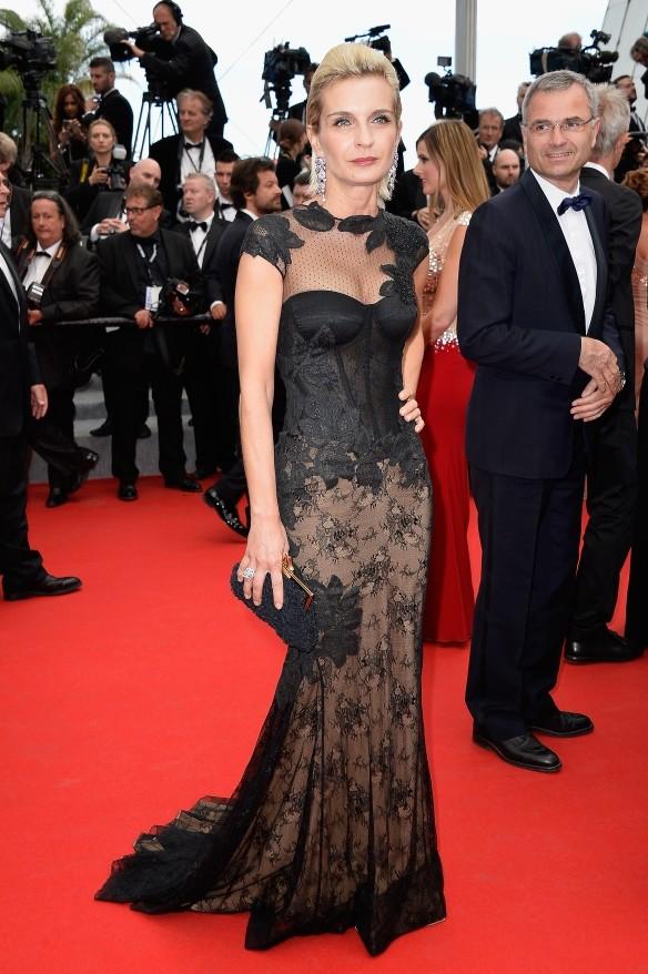 Melita Toscan Duplantier con un abito nero e trasparenze sul fondo