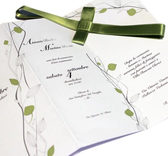 Bluemilia Studio: pieghevole e raso verde per un invito moderno e fresco.
