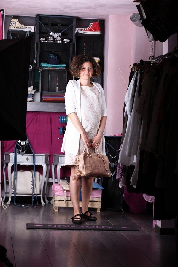 Chiara - outfit bon ton per essere perfetta dalle 9 alle 17: abito con fantasia delicata e copospalla morbido