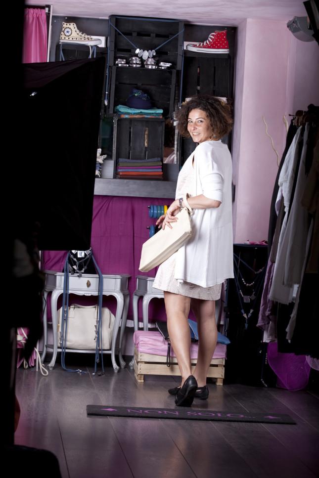 Chiara - look bon ton con la pochette di pelle color panna