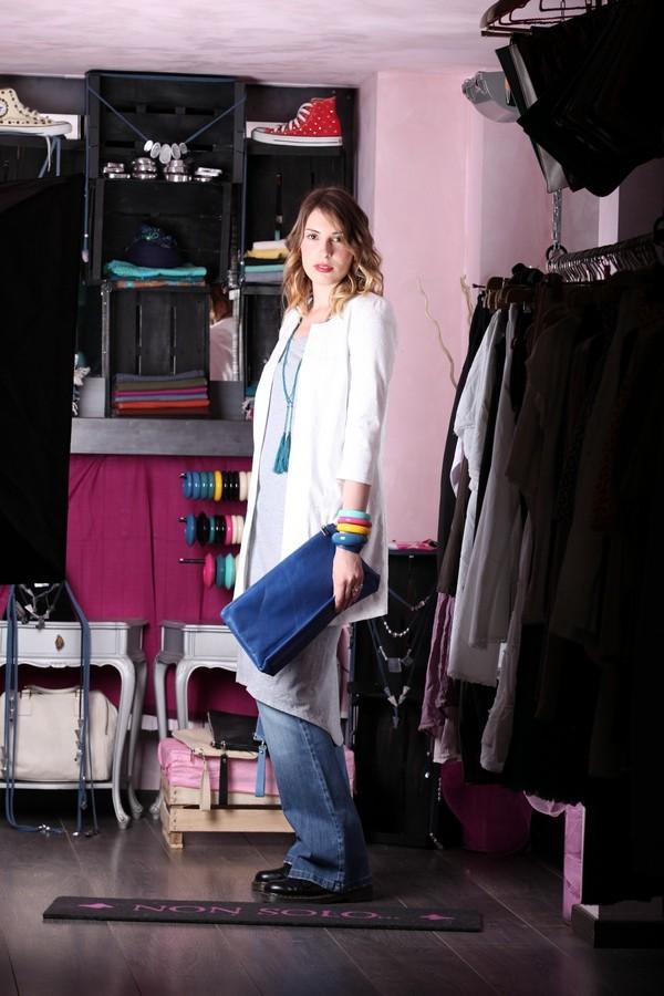 Giulia - sovrapposizioni e contrasti: i pantaloni a zampa e la maxi maglia sono accompagnati da un soprabito bon ton in tessuto damascato. A pochette e bangles si abbina la collana di perline