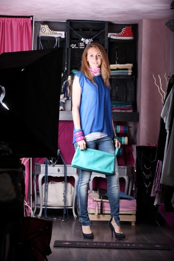 Silvia - i jeans skinny con spacchi e strappi sono addolciti dal pizzo della canotta, da un foulard a cuori e dalla maglia leggera con maniche a farfalla