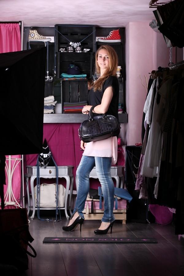 Silvia - le sovrapposizioni giocano anche con le lunghezze: sopra i jeans mini abitino rosa confetto a cui si sovrappone una morbida maglia nera