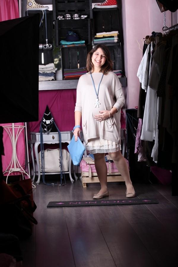 Benedetta - Fashion anche in gravidanza: morbido abitino con balze di pizzo e maglia oversize. Per gli accessori collana in alluminio con un bimbo e pochette azzurra