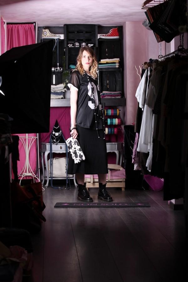 Giulia - Sporty e Dark: gonna lunga total black abbinata a una maglia da rugby, con collana extra lunga e pochette muccata