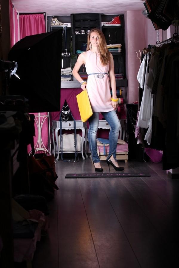 Silvia - Minidress rosa a contrasto con gli accessori accesi giallo limone, la pochette e il bangle