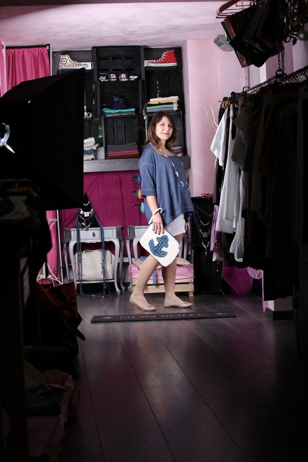 Benedetta - outfit sbarazzino con mini abito  aderente e maglia over che nasconde un po' la pancia della gravidanza. Tutto in stile marinaro, dalla pochette con ancora alla collana in alluminio coi pesci