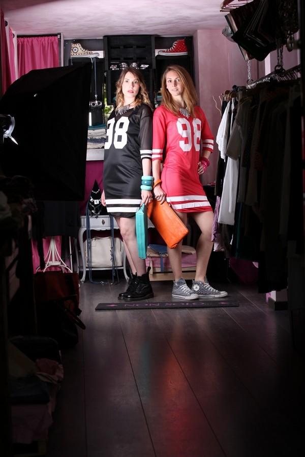 Giulia e Silvia - Campionesse di stile: la maglia da rugby diventa abito, impreziosita da collane in alluminio e pochette colorate.