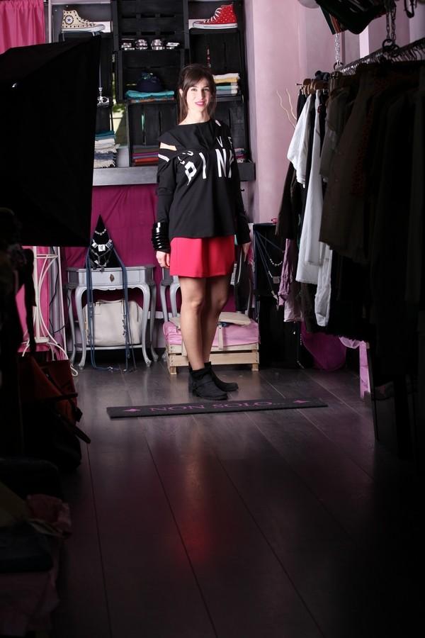 Irene - L'abitino bon ton si fa rock: basta aggiungere una felpa con cappuccio e tanti bangles in legno