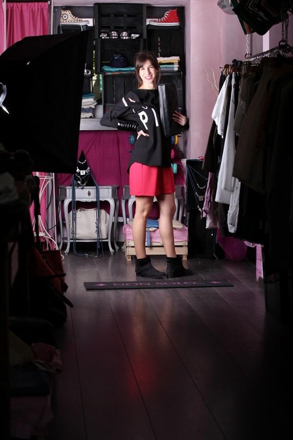 Irene - L'accessorio glamour è la pochette total black coordinata