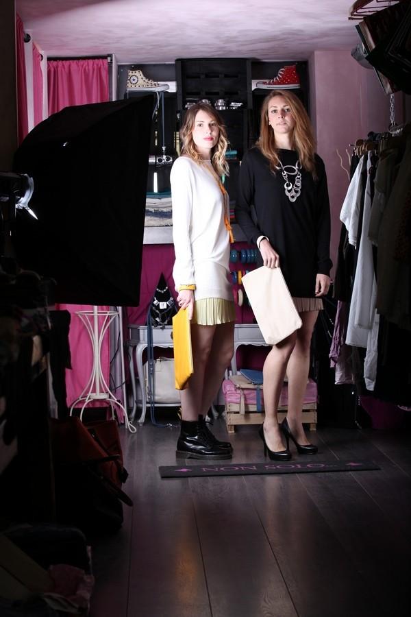Giulia e Silvia - Gonna plissettata e maglia morbida, in versione tenue e in versione elegante