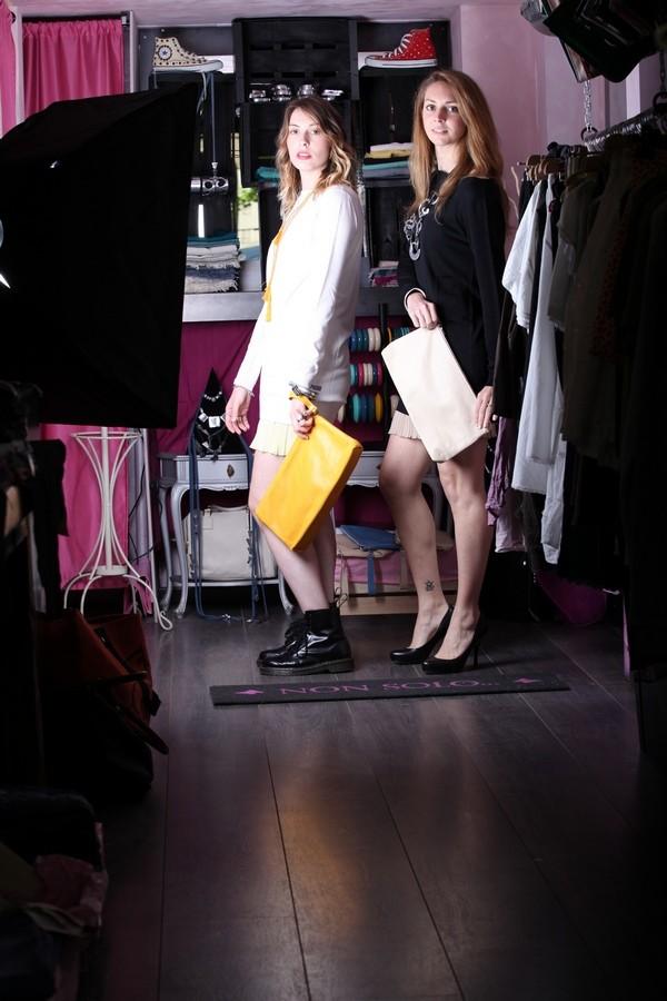 Giulia e Silvia - stesso abito con scarpe diverse, per cambiare completamente effetto: anfibi sbarazzini e pumps eleganti