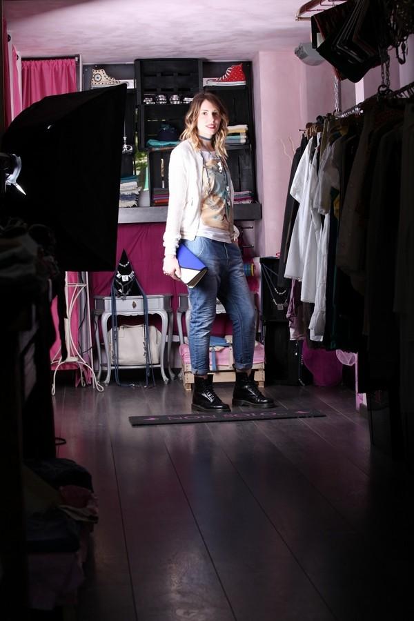 Giulia - Boyfriend jeans con maglia stampata, bomber e tanti accessori