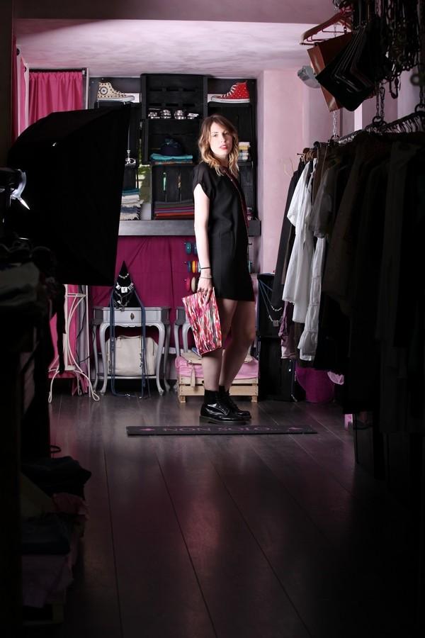 Giulia - Mini dress nero con trasparenze sulle spalle, abbinato a maxi pochette multicolor