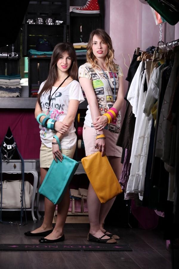 Irene e Giulia - i bangles di legno sono abbinati alle pochette colorate