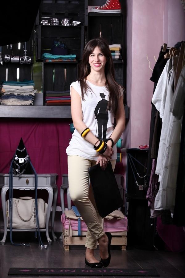 Irene - colorati jeans skinny estivi con maglietta stampa e pochette