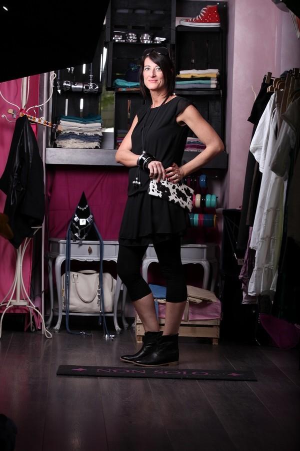 Luisa - la pochette muccata spicca con l'outfit tutto nero