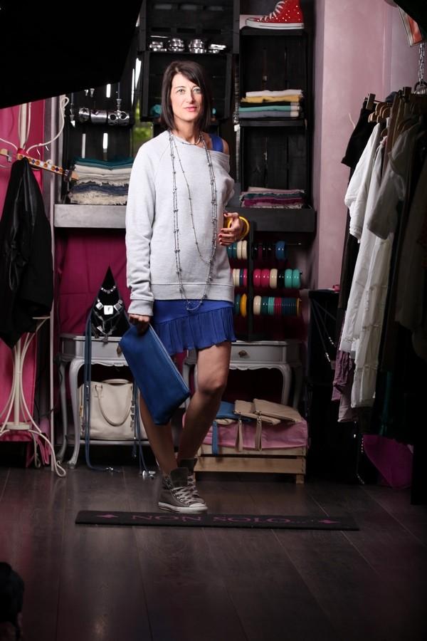 Luisa - abito corto blu elettrico con gonna plissettata, sovrapposta la maxi felpa grigia. A completare il look la pochette coordinata