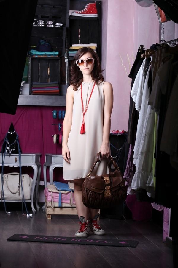 Carlotta - Abito morbido in beige tenue, a contrasto con la collana di perline rosse