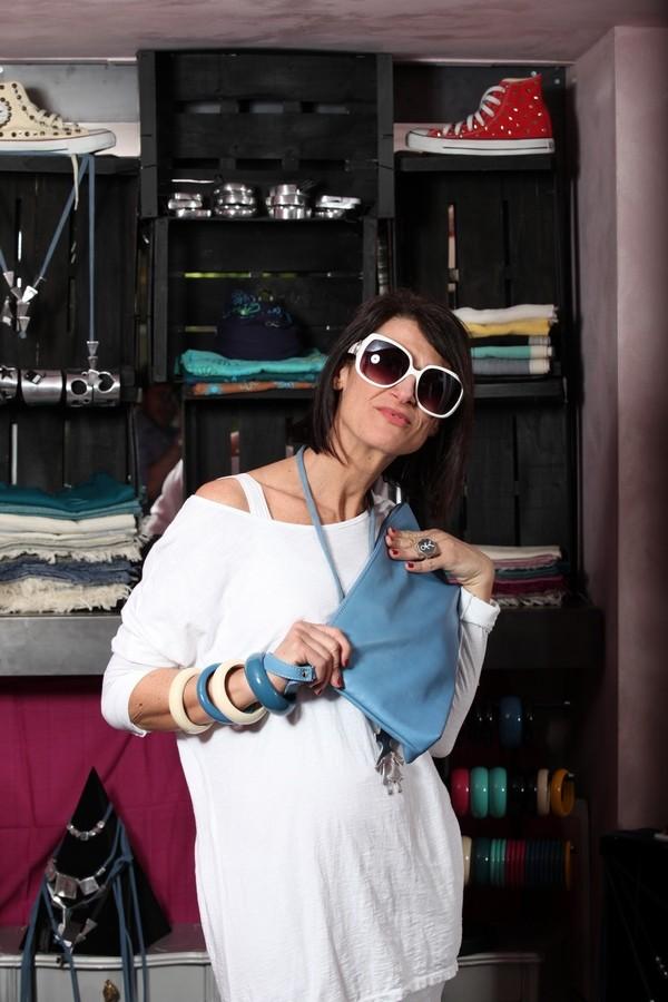 Luisa - canotta bianca e maglia oversize, con tanti accessori bianchi e azzurri