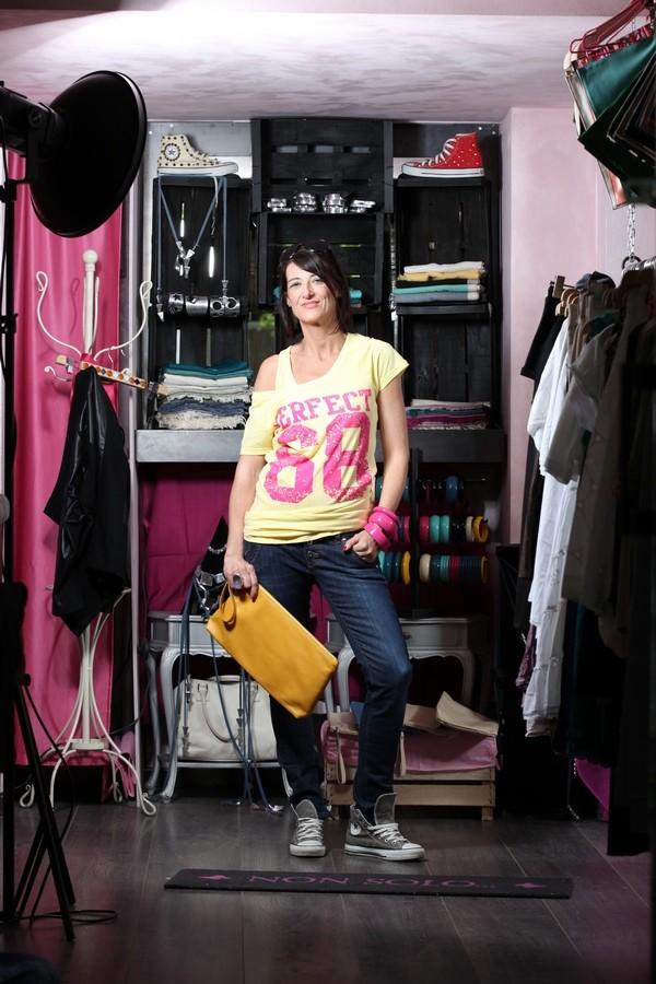Luisa - i bangles di legno sono fucsia come le stampe sulla t-shirt