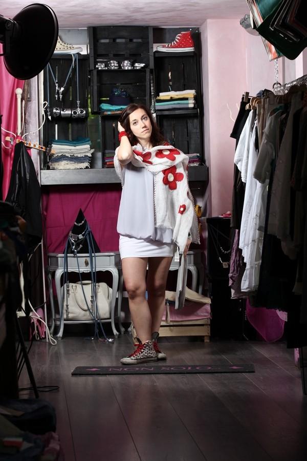 Carlotta - ancora colori tenui e dettagli rossi: mini gonna, ampia maglia con ruches e stola con fiori rossi