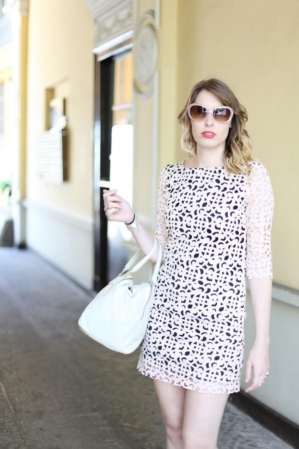 Giulia - abito in ecopelle traforata con maxi occhiali da sole da diva