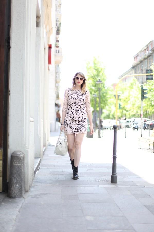 Giulia - abito in ecopelle traforato e maxi occhiali da sola da diva