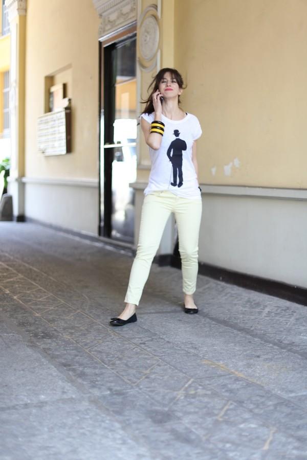 Irene - bastano pochi tocchi per essere chic e semplici al tempo stesso: jeans colorati e maglietta simpatica con le ballerine