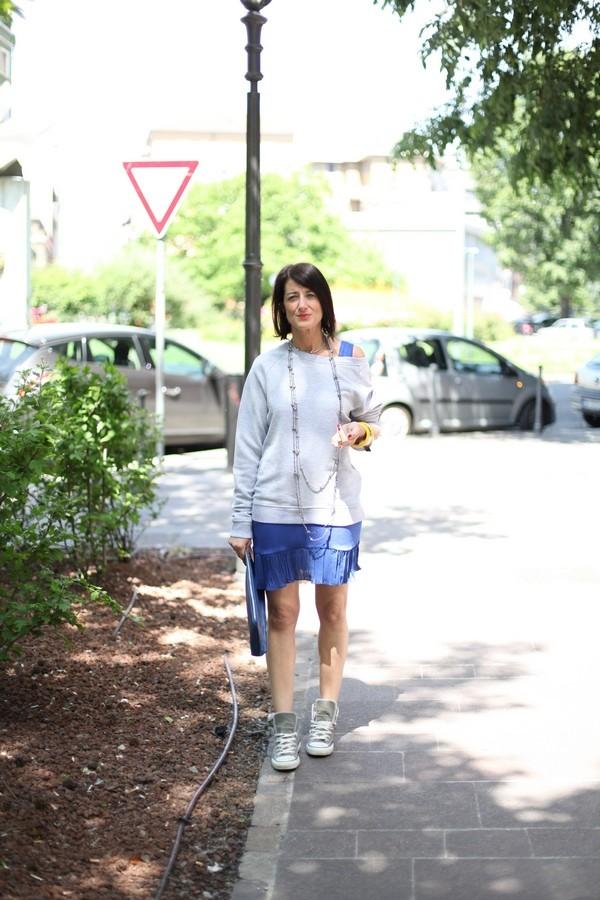 Luisa - abito corto con plissè blu elettrico e maxi felpa grigia