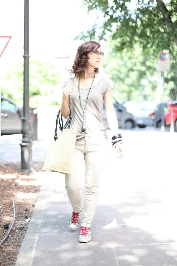 Carlotta - jeans skinny chiari e maglietta dai toni neutri per un look fresco da tutti i giorni