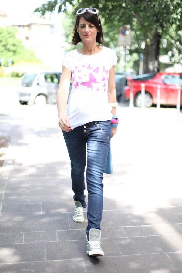 Luisa - jeans e maglietta con farfalle per un look sbarazzino, completato da bangles e pochette