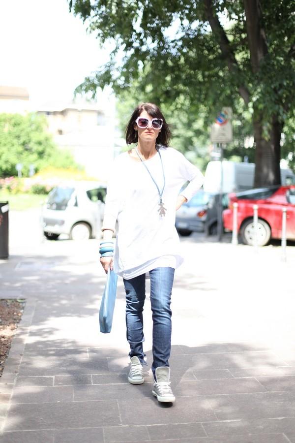 Luisa - jeans e maglia chiara oversize
