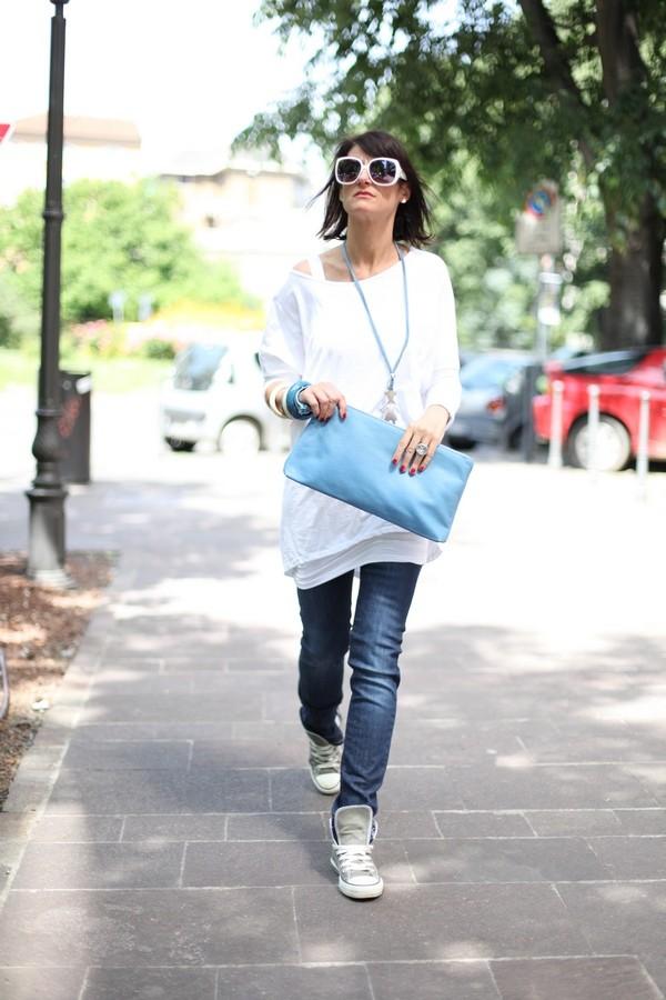 Luisa - l'azzurro degli accessori spicca  con questo outfit basico