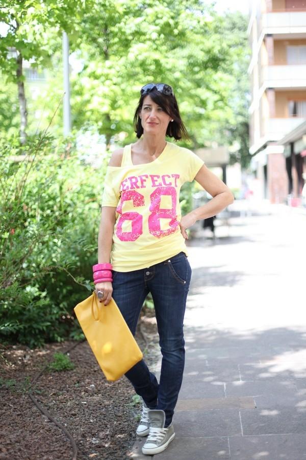 Luisa - look sporty e fresco con maglia sovrapposta alla canotta in colori vitaminici