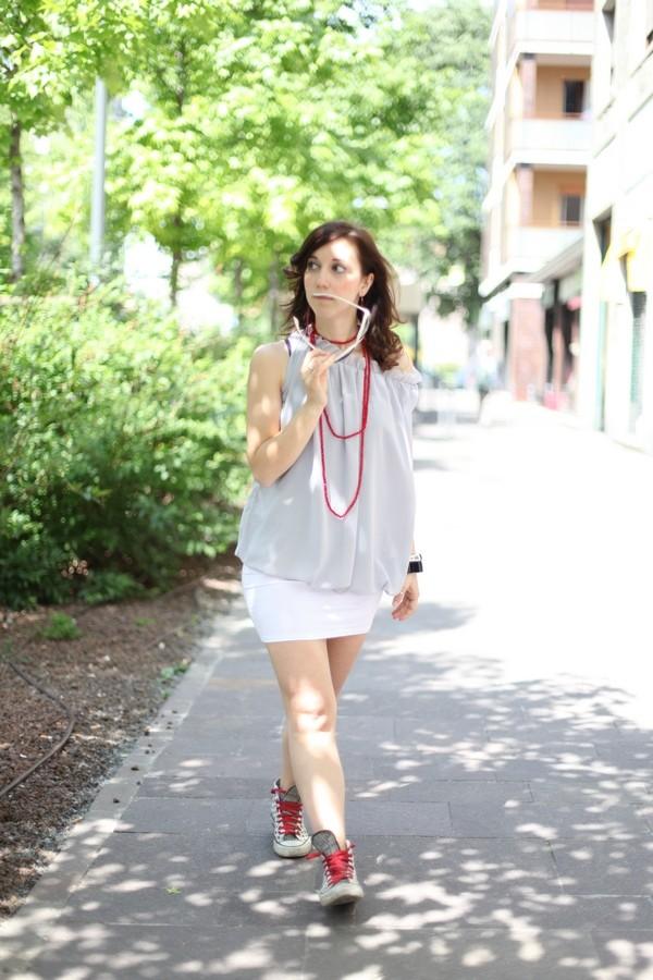 Carlotta - mini gonna, maglia morbida con ruches e collana con perline