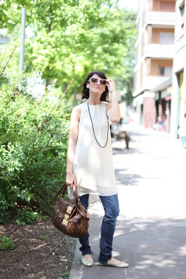 Luisa - il morbido abito beige è sovrapposto ai jeans skinny