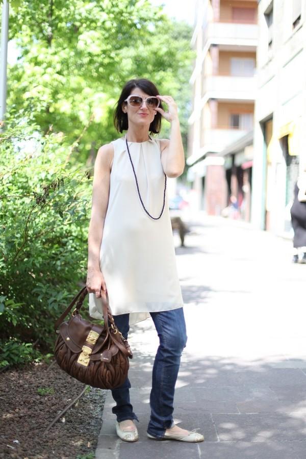 Luisa - outfit completato con collana di perline, maxi occhiali e borsa a mano