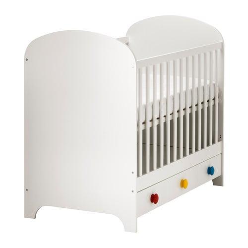 Lettino Ikea Gonatt con base montabile a due altezza e sponda eliminabile man mano che il bimbo cresce con cassetto contenitore. Fibra di legno, legno massiccio e lacca acrilica. Versione con pomelli colorati o bianchi