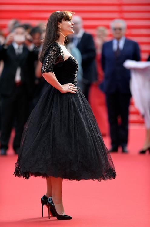 Monica Bellucci al Festival di Cannes in un abito nero in pizzo, stile retrò, firmato Dolce&Gabbana