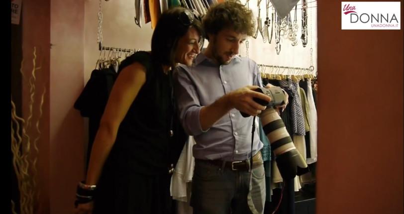 Una guida allo shopping tutta da scoprire, per scovare le tendenze dell'estate e nuove idee per reinventare il guardaroba. Nella foto il direttore di UnaDONNA.it Luisa Pisano al vaglio delle foto